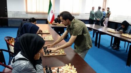 رقابت سیمولتانه عرفان محمد علیزاده با ده شطرنجباز روشندل